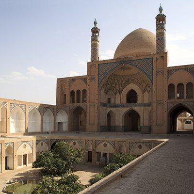 بررسی الگوهای معماری پایدار در مدرسه آقا بزرگ کاشان